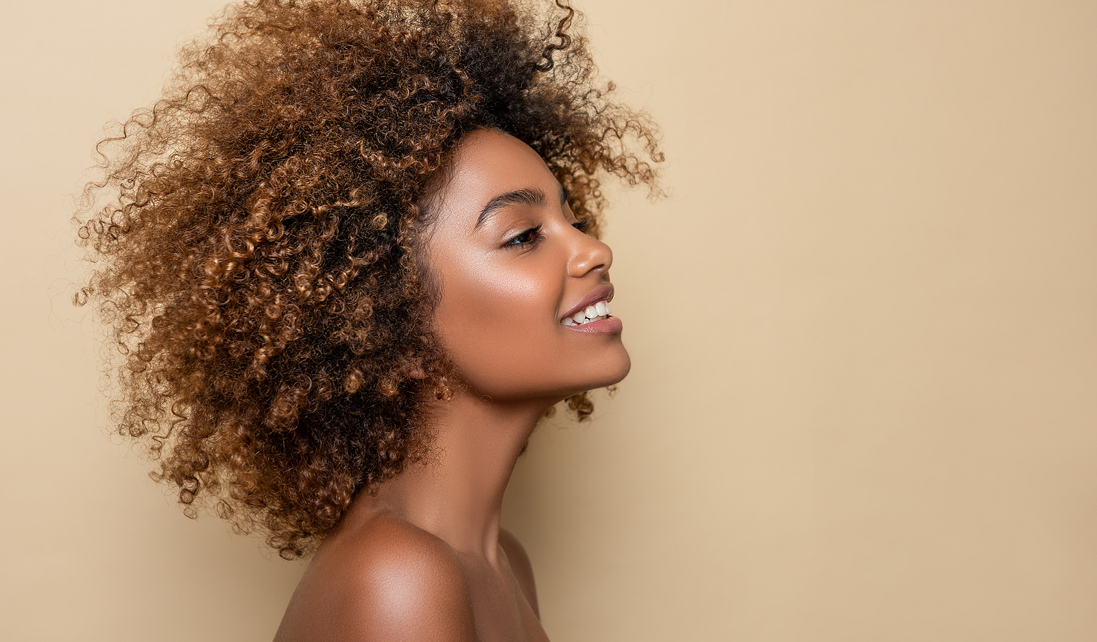 Black woman with beautiful curl fro smiling. Regardless of where you are, we can hep you with online therapy in Detroit, MI. Our black therapists know that asking for help is a process. Begin to find the needed support in online therapy in Michigan today. Additionally, we can serve men in therapy for men today!